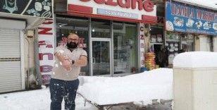 Başkale'nin 'kar kaplanı' kışın da kısa kol giyiyor