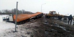 Rusya'da tır altına aldığı otomobille şarampole uçtu: 2 ölü