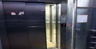 Tren yolu üst geçidindeki asansörü tekmeleyerek bozdular