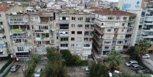 İzmir'de yan yatan bina tahliye ediliyor