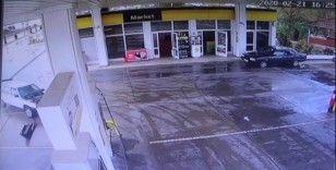 Kaza yapan otomobil petrol istasyonuna girdi