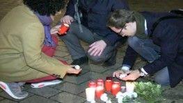 Berlin'de Brandenburg Kapısı önünde ırkçı saldırıya sessiz protesto
