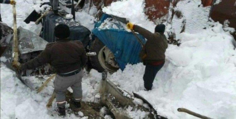 Kar kütlesinin ağırlığına dayanamayan garaj çöktü