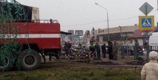 Rusya'da otomobile çarpan tır eczaneye daldı