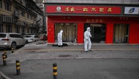 Umutsuz Wuhanlılar paralarını uçak yapıp camdan attı