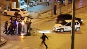 Kırmızı ışıkta geçen otomobilin polis aracını devirdiği kaza güvenlik kamerasında