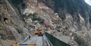 Trabzon-Bayburt karayolunda heyelan