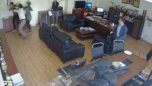 Okul müdürünün odasında öğrenciyi dövdü