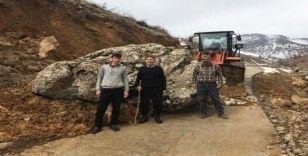 Köy yoluna kaya parçası düştü, iş makinesi kaldırdı