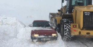 Yolda mahsur kalan öğretmenler, Erciş Belediyesi ekipleri tarafından kurtarıldı