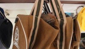 Züccaciye dükkanın önüne asılan çanta kuşların yuvası oldu