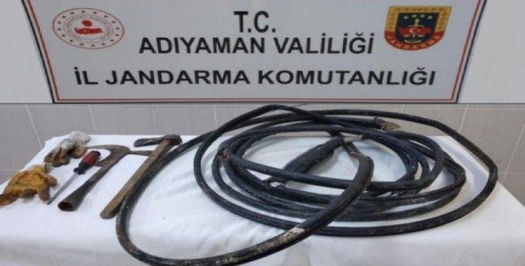 Besni'de suçüstü yakalanan kablo hırsızları tutuklandı