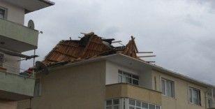 Kuvvetli lodos apartmanın çatısını uçurdu