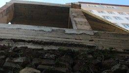 40 yıllık istinat duvarının üzerine inşa edilen bina vatandaşları korkutuyor