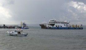 Karaya oturan feribotu kurtarma çalışmaları için fırtınanın etkisini kaybetmesi bekleniyor