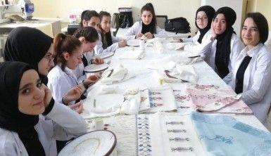 Kız öğrenciler okulu fabrika gibi çalıştırıyor