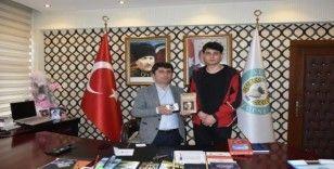 İstiklal Marşı okuma yarışmasındaki ödülünü Mehmetçiğe bağışladı