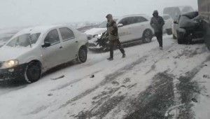 Rusya'da kar fırtınası nedeniyle 20 araç birbirine girdi