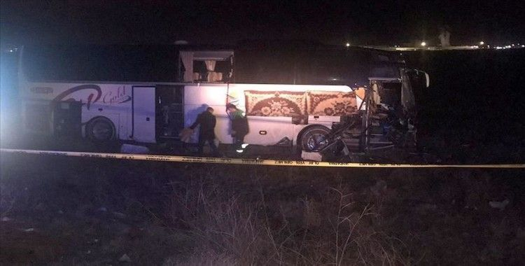 Aksaray'da bir yolcu otobüsü tıra çarptı: 44 yaralı