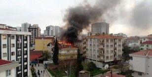 (Özel) Tuzla'da 3 binanın çatı katları alev alev yandı