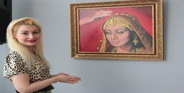 Çizdiği resimlerle umutsuzluğun önüne geçen kadınları betimliyor