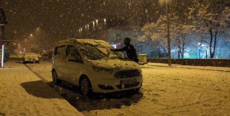 Karlıova'da kar yağışı etkisini sürdürüyor