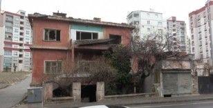 Niğde'de 2 katlı ev yandı