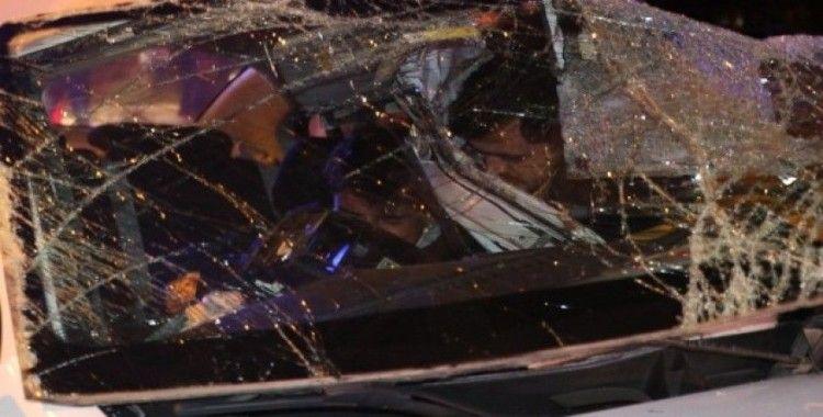 Ağaca çarpan otomobilde sıkışan 2 kişi yaralandı