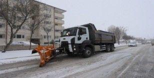Belediye ekipleri karla mücadele çalışmalarını sürdürüyor