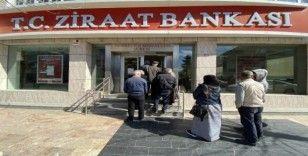 Düzce'de bankalar virüs tedbirleri kapsamında tek tek müşteri alıyor