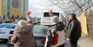 Karantinadaki vatandaşlar cama çıkıp yakınlarına el salladı