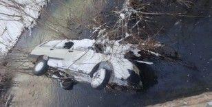 Kayıp şahıs dere yatağına uçan otomobilinde ölü bulundu