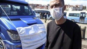 Koronavirüse dikkat çekmek için dolmuşuna maske taktı
