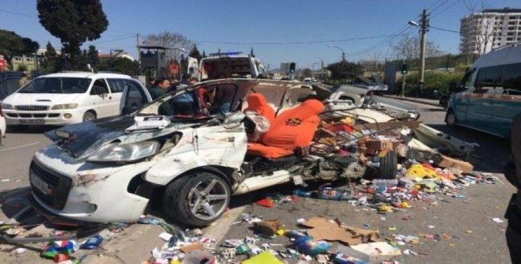 İzmir'de 3 aracın karıştığı kaza anı güvenlik kamerasına yansıdı