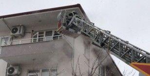 Yangında mahsur kalan 7 kişiyi itfaiye ekipleri kurtardı