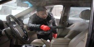 Fırsatçılara kızdı, vatandaşların araçlarını ücretsiz dezenfekte ediyor
