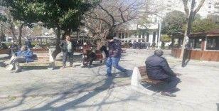 Kahvehaneler kapandı, seyyar satıcıdan çay alıp parklarda sohbet ettiler