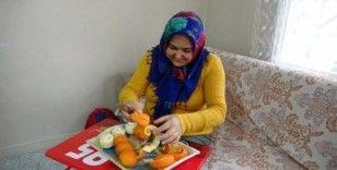 Kadınlar evde portakal soyarak aile bütçesine katkıda bulunuyor