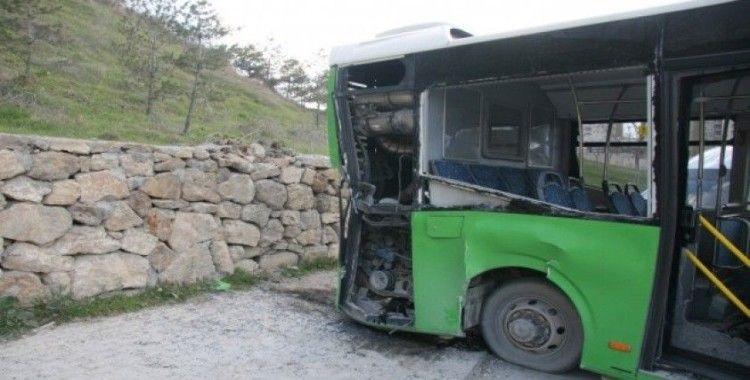 Arızalanan otobüs duvara çarparak durabildi