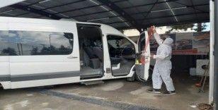 Sağlık personellerini taşıyan araçlar dezenfekte ediliyor