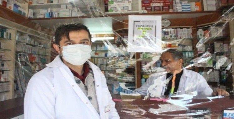 Koronavirüs salgınına karşı eczacılar şeffaf brandayla önlem aldılar