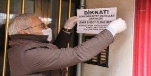 Mahalleyi virüsten korumak isteyen muhtardan 'Bana bir şey olmaz' afişleri