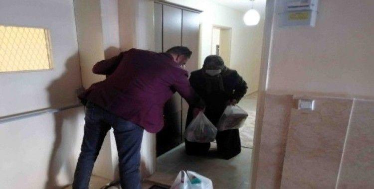 Mahalle muhtarı kapı kapı gezip yaşlıların ihtiyaçlarını karşılıyor