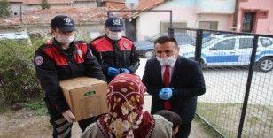 Uşak'ta evlerinden çıkamayan yaşlılara yardım kolilerini polis götürdü