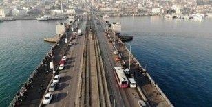 (Özel) Olta balıkçıları korona virüse rağmen Tarihi Galata Köprüsü'nde