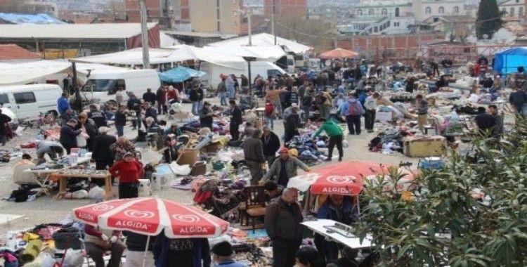 İzmir'de yaşlılar yasağa rağmen pazarlara çıktı