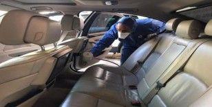 Sağlık çalışanlarının araçlarını ücretsiz dezenfekte ediyor