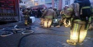 Esenyurt'ta yangın paniği: 2 işçi yerde böyle yardım bekledi