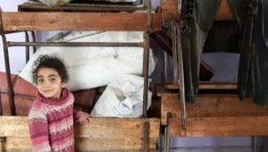 Suriye'den kaçan aileler boş okula sığındı