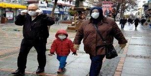 Yaşlılar yağmura ve uyarılara rağmen caddelerde